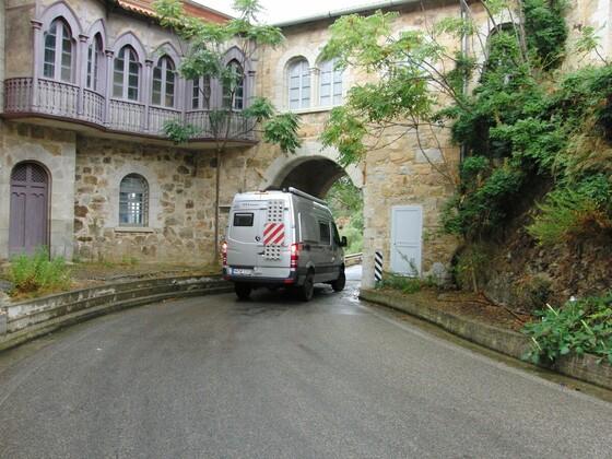 enge Durchfahrt an der Costa Verde / Sardinien auf dem Weg zum Strand