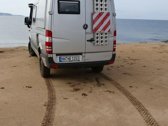Reifenspurzeichnung im sardischen Sand